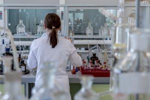 scienziata al lavoro. I topi sono spesso usati per ricerche sul cancro