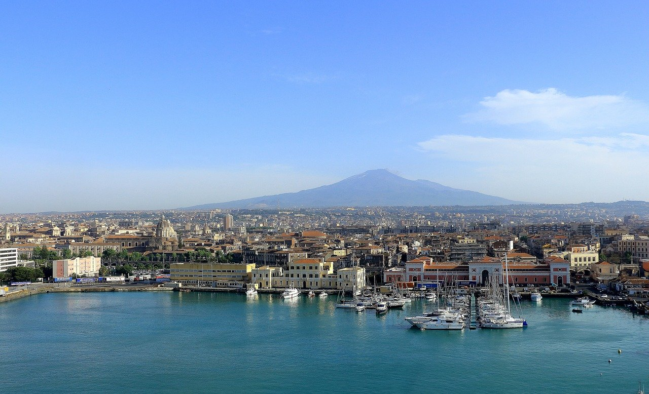 https://pixabay.com/it/photos/etna-sicilia-porto-vulcano-catania-1598676/